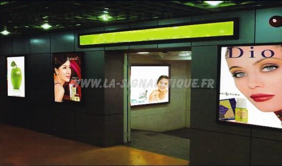 la signalétique - cadres d'affichages à leds dans une galerie marchande