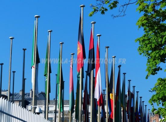 mât aluminium - Mât aluminium avec drisse et pommeau devant l'Unesco ; cliché M. Sapey-Triomphe.