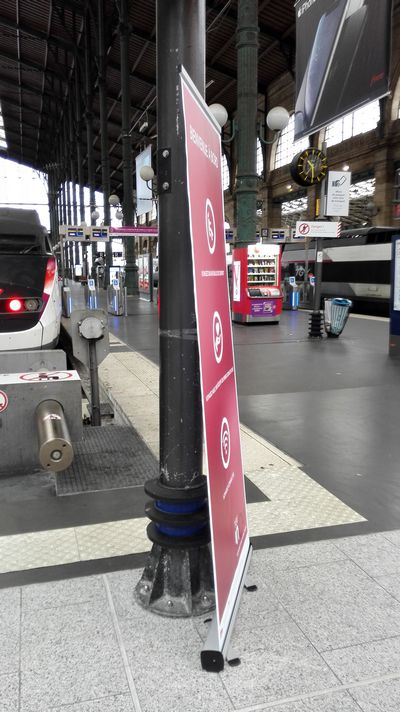 roll up simple embase vue de profil dans une gare