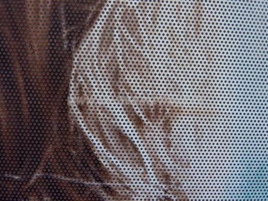 vitrophanie - Gros plan de la vitrophanie – Micro perforation du flim pour permettre à la lumière de passer. Cliché Versoph